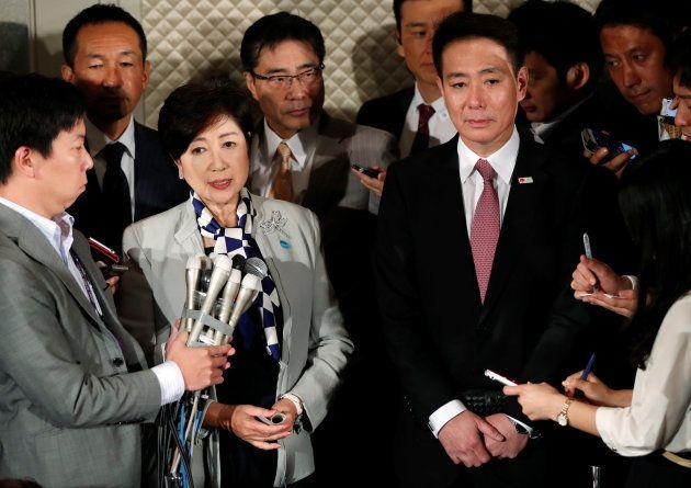小池百合子・東京都知事(左から3人目)率いる希望の党への合流を決めた民進党の前原誠司代表(右から4人目)=10月5日、東京