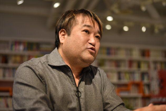 インタビューに応じる東浩紀さん=東京