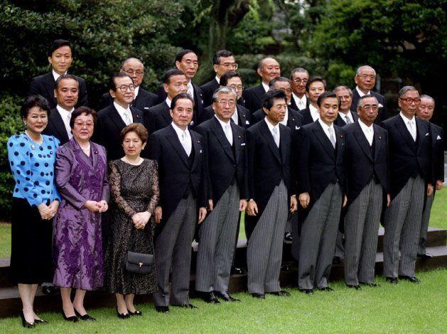 細川護煕首相(当時、前列右から4人目)と新内閣のメンバー。結党以来、38年間政権を維持してきた自民党が「下野」した=1993年