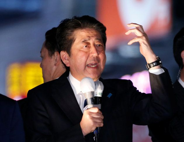 総選挙の応援演説をする安倍首相=2017年10月、東京都