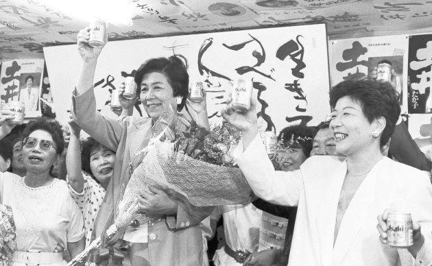 当確が決まり、ビールで乾杯する社会党の土井たか子さん(兵庫・西宮市の選挙事務所) 撮影日:1993年07月18日