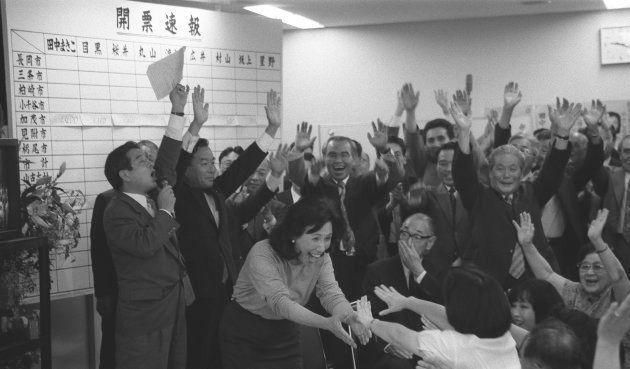 当選し支持者の万歳の中、喜びいっぱいの田中真紀子さん(新潟・長岡市の選挙事務所) 撮影日:1993年07月18日
