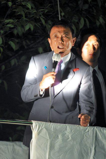 街頭演説をする麻生太郎副総理兼財務相=15日午後7時ごろ、千葉県浦安市のJR新浦安駅前、藤田直央撮影