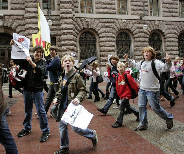 スウェーデンの国会前でのデモに参加する子供たち(2006年)