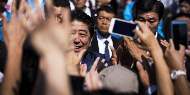 街頭演説のあと、聴衆に囲まれる自民党の安倍晋三首相(2017年10月11日撮影、静岡県焼津市)