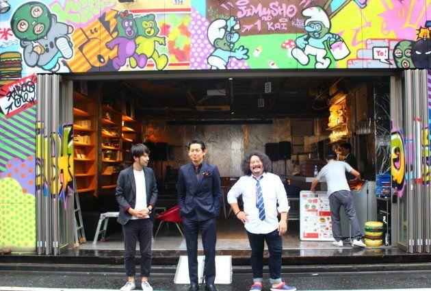 歌舞伎町ブックセンターになる場所の前で。外装のペイントは歌舞伎町出身のアーティストに依頼したという。