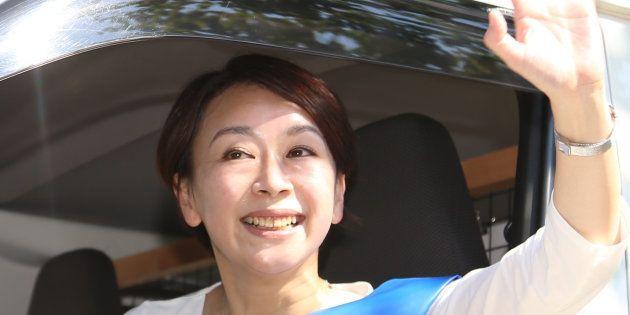 選挙カーから手を振る無所属の山尾志桜里氏=愛知県日進市 撮影日:2017年10月11日