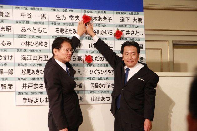 立憲民主党の枝野幸男代表(右)と長妻昭・代表代行。立憲民主党の開票センターで(2017年10月22日)