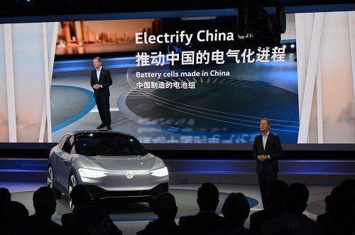 ●ドイツ・フォルクスワーゲンのヘルベルト・ディースCEOは、今春の上海モーターショーで新型EVを紹介した