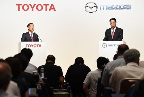 ●記者会見に臨むトヨタの豊田章男社長(左)とマツダの小飼雅道社長