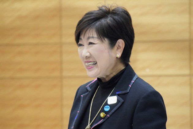 希望の党の両院議員総会で、開会前に笑顔を浮かべる小池百合子氏