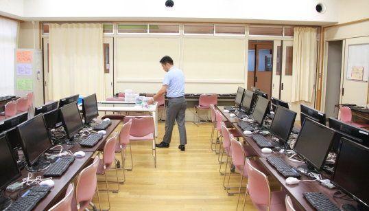 校内では「ラズペリーパイ+マイクラ」で学べる環境が整備されている。
