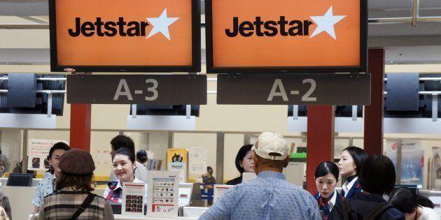 シンガポール線初便の搭乗客で混雑するジェットスター・アジア航空のチェックイン・カウンター=11月17日、沖縄県・那覇空港