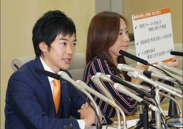 都民ファーストの会を離党する音喜多都議(左)と上田令子都議(2017年10月5日撮影)