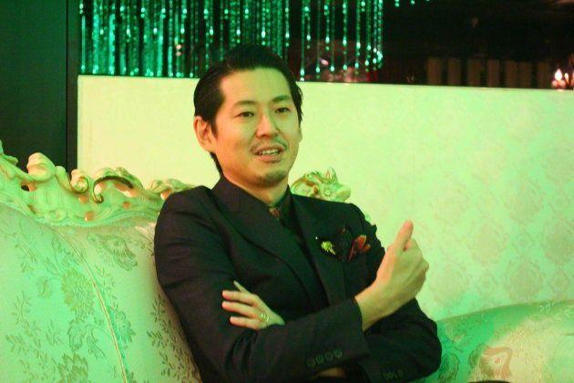 歌舞伎町の手塚さんが経営するホストクラブにて。