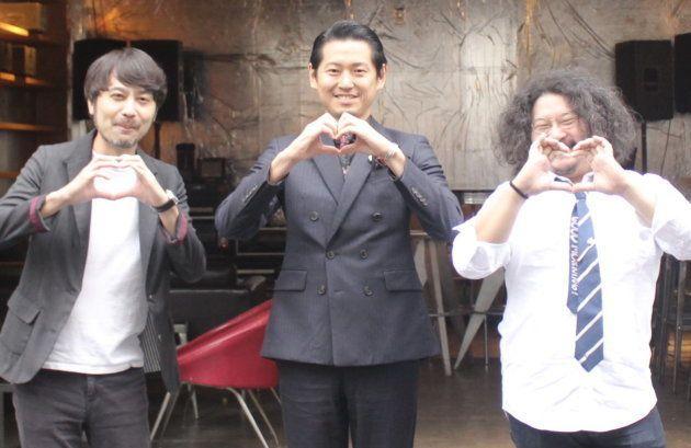 歌舞伎町ブックセンターになる場所の前で3人にハートのポーズととってもらった。左から、編集者の草彅洋平さん、ホストクラブ経営者の手塚マキさん、ブックセレクターの柳下恭平さん
