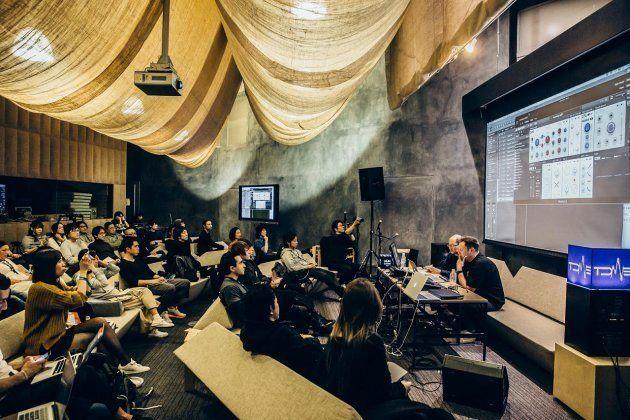 ライブのほか、実際に使用している機材を用いた音楽制作ワークショップも行われる