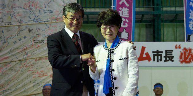 総決起大会で夫人の手を握る稲嶺進氏(左)=1月23日、名護市の21世紀の森屋内運動場