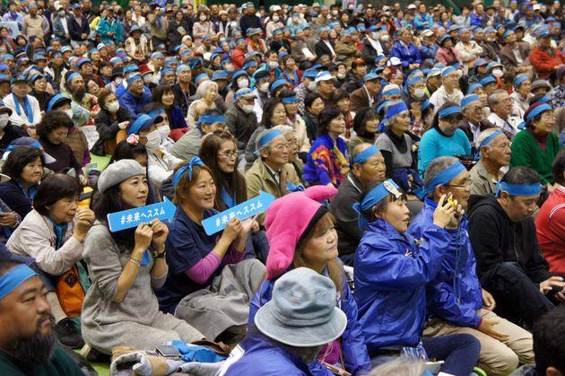 総決起大会で稲嶺進氏の話に聞き入る市民ら=1月23日、名護市の21世紀の森屋内運動場
