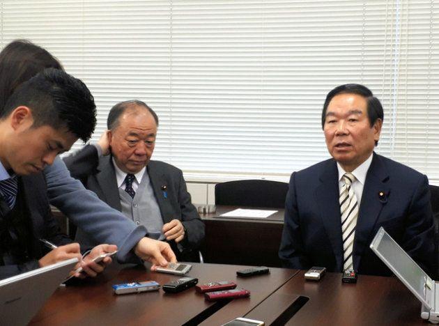 派閥の例会後にブリーフをする額賀会長(右)=東京都千代田区永田町