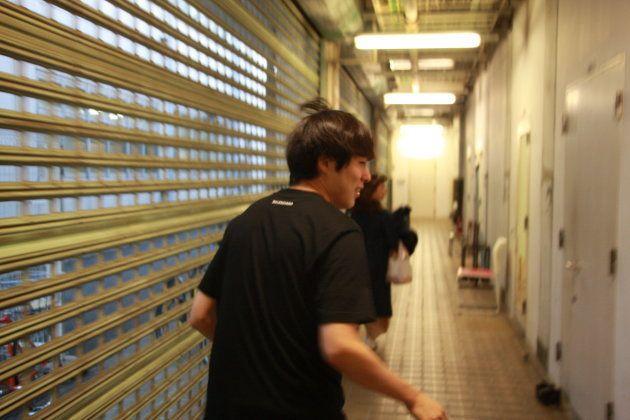 インタビュー後、次の公演の出演時間ギリギリとなったため走る村本さん