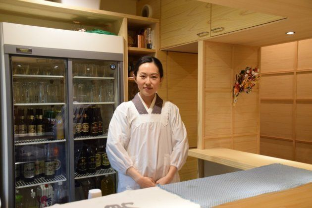 調理場に立つ女将さん。料理は全て女将さんが作る。