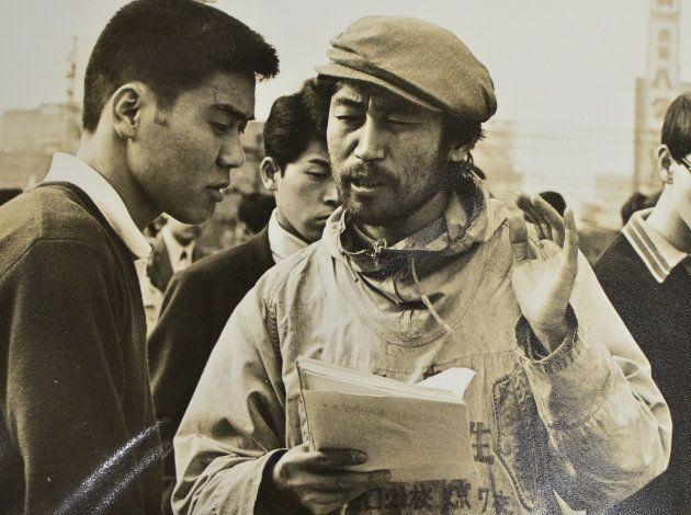 大阪でビラ配りをし、夜間中学の設立を訴える髙野さん