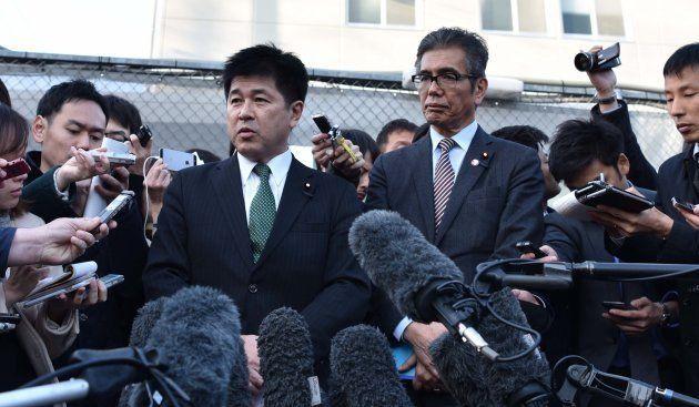 接見後に記者団の取材に応じる今井議員(左)と宮本議員=3月23日、大阪市都島区