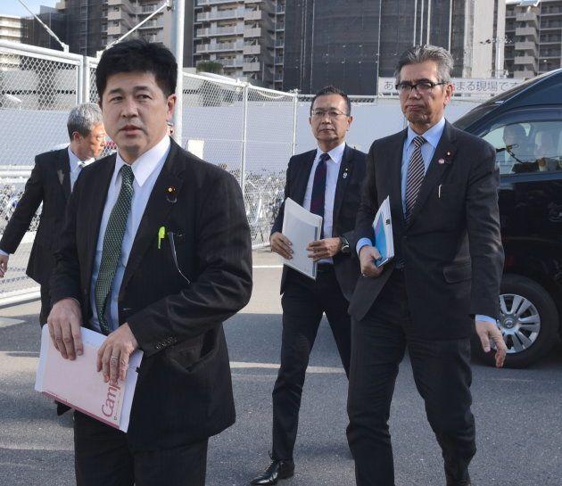 大阪拘置所に入る今井議員(左)と川内議員(中央)、宮本議員=大阪市都島区