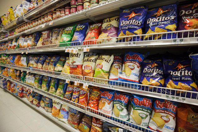 アメリカのスーパーマーケットでは、お菓子の包装が大きな一袋で売られている。