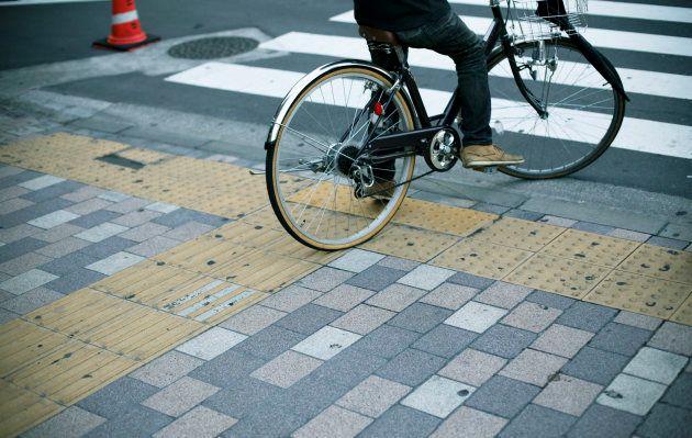 日本では、通勤通学に自転車に乗る人も多い。