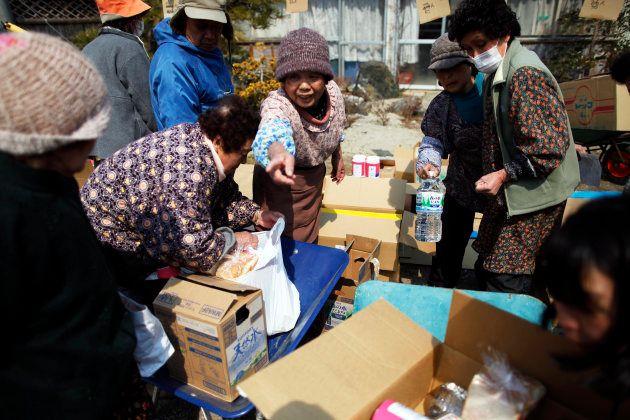 東日本大震災直後、宮城県気仙沼市・大島での配給の様子(2011年3月25日撮影)