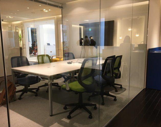 ガラス張りのテレビ会議の部屋