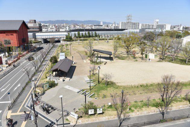 小学校予定地の東側にある豊中市の防災公園。面積が小学校用地とほぼ一緒のこの土地を、市は国から約14億円で購入していた=大阪府豊中市