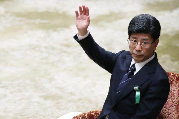 証人喚問で挙手する佐川宣寿氏
