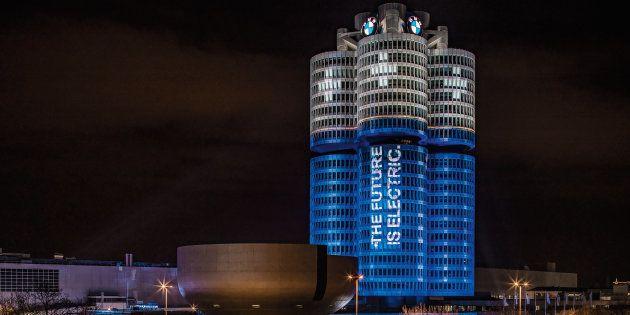 BMWの本社ビルが真っ青に染まる。一体なぜ?