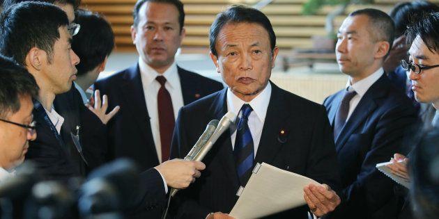 閣議後、記者団の取材に応じる麻生太郎財務相(中央)=10日、首相官邸