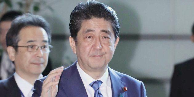 首相官邸に入る安倍晋三首相(手前)=4月11日午前、東京・永田町