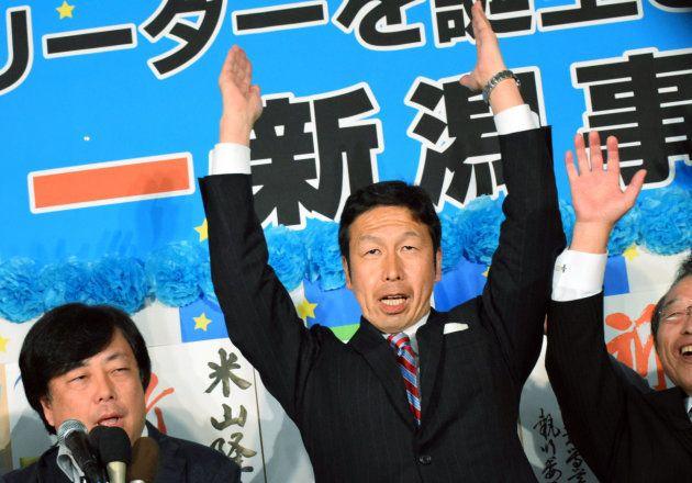 新潟県知事選で初当選を確実とし、万歳する米山隆一氏(中央)=16日、新潟市 撮影日:2016年10月16日