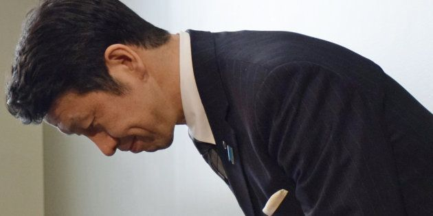 記者会見の冒頭、頭を下げる新潟県の米山隆一知事=4月17日午後、新潟市中央区