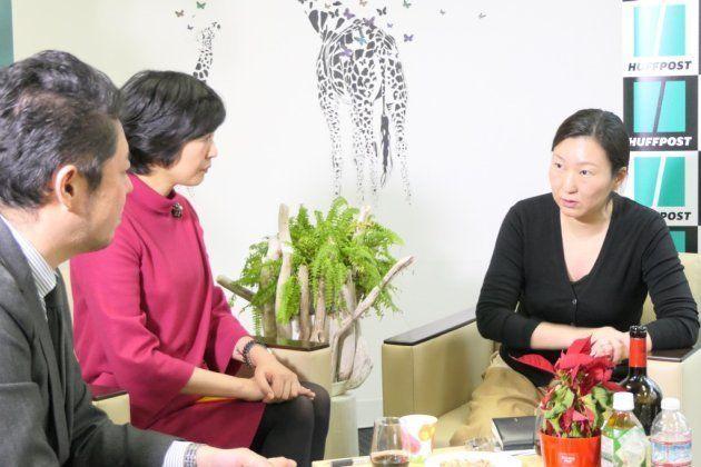 竹下隆一郎編集長(左)、内藤裕子さん(中)とインタビューに応じた三浦しをんさん(右)