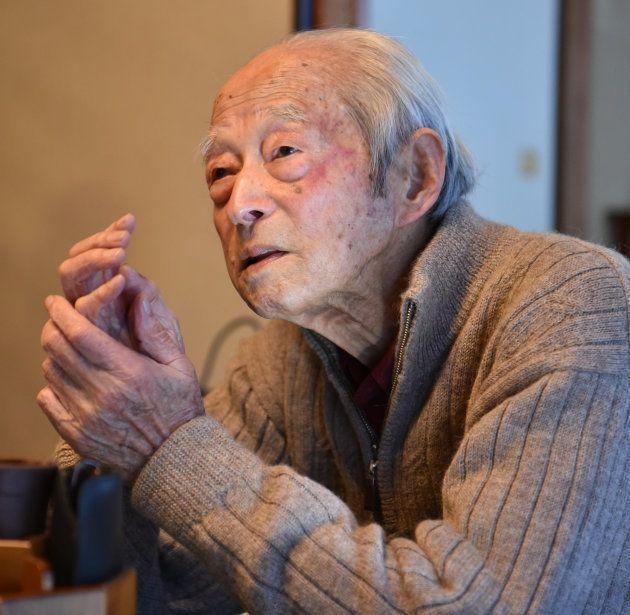 戦死した部下の遺族らと対面する伊東孝一さん=2017年12月10日、横浜市金沢区