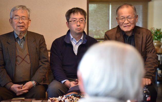 伊東さん(手前)の話を聞く遺族の松倉紀昭さん(左)と息子の千昭さん(中央)、倉田紀さん