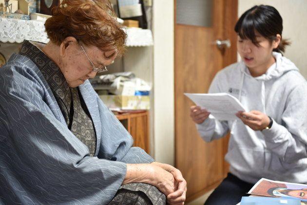 手紙の朗読をじっと聞く北山さん