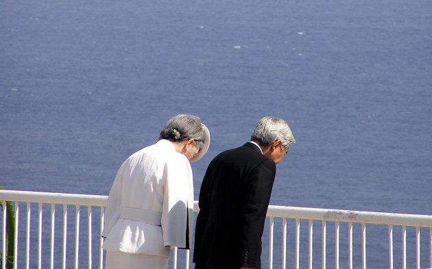 太平洋戦争の悲劇の地「スーサイドクリフ」の上に立って頭を垂れる天皇、皇后両陛下(アメリカ・サイパン島、撮影日:2005年06月28日)