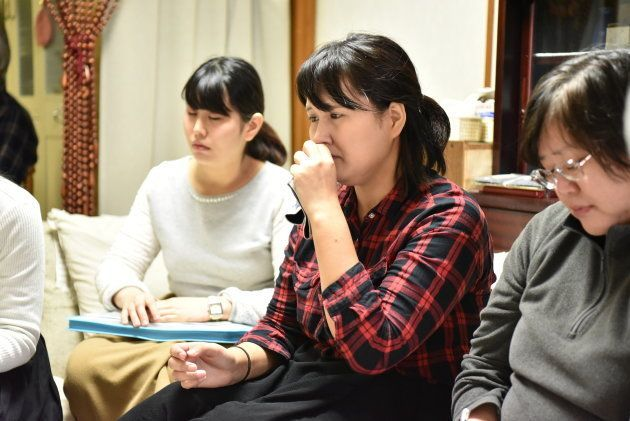 北山さんの話に涙を流す神奈川大4年の根本里美さん=札幌市中央区