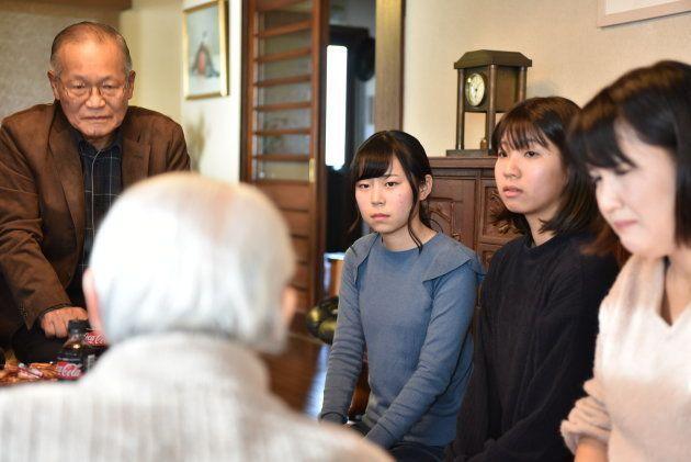 伊東さんの話を聞く学生ら(右)。伊東さんから手紙を託され、遺族のもとに手渡す活動を続けている=横浜市金沢区