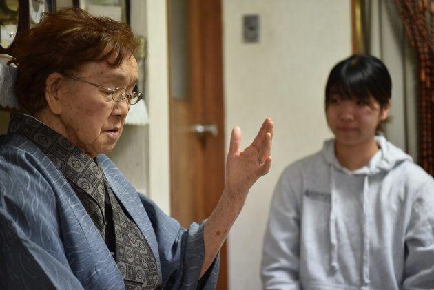 札幌市に住む北山みどりさん。兄は伊東さんの部下で、沖縄戦で亡くなった。母が伊東さんに書いた手紙を学生らから受け取り、当時の様子を語った=札幌市中央区