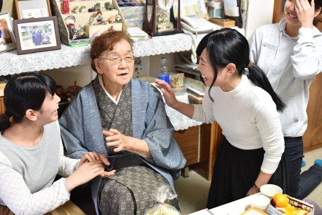 手紙を渡し終わり、北山さんに別れを告げる学生ら。学生らの目には涙があふれた=札幌市中央区