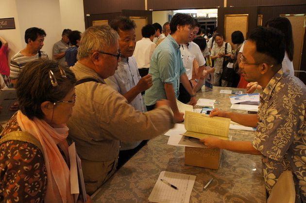 集会後、署名集めの方法などを問い合わせる市民ら=5月23日、那覇市